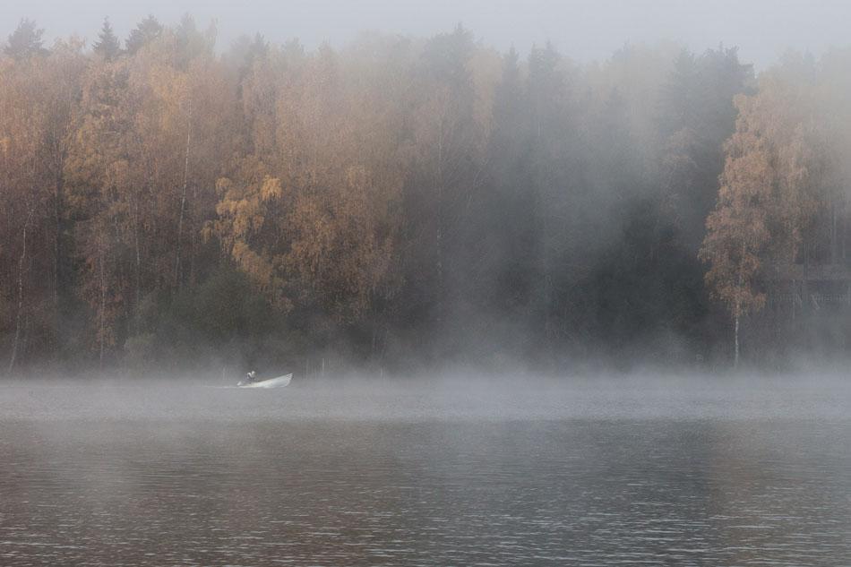 Yksinäinen veneilijä Lohjanjärvellä sumuisena aamuna