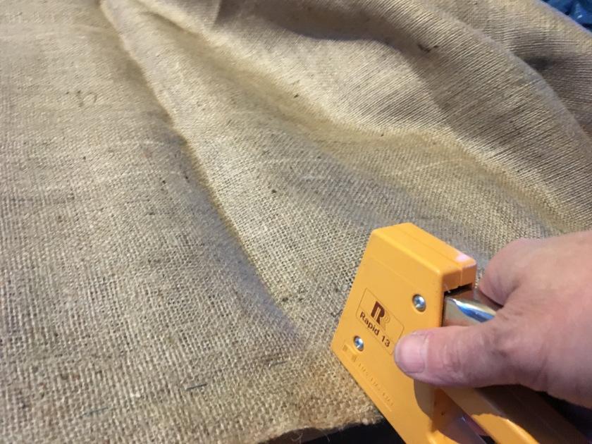 pohjakankaan kiinnittäminen kunnostettavaan sohvaan