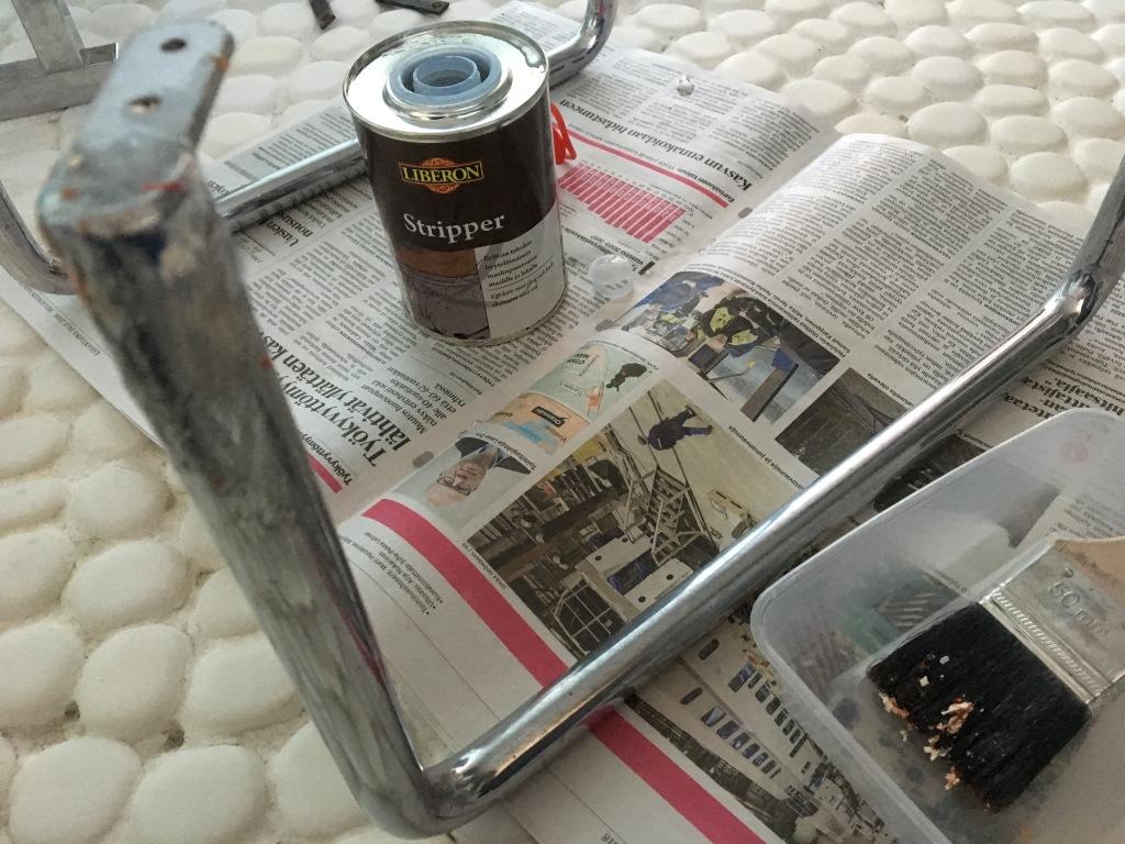 Maalin poisto funkkis-yöpöydän putkirungosta